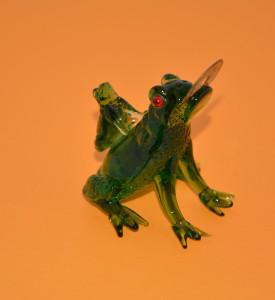Две лягушки с монетой ( стекло ).
