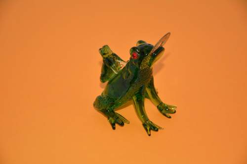 Две лягушки с монетой ( стекло ). - цена 225.00р.