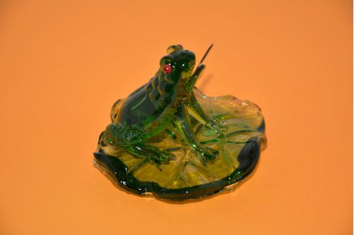 Лягушка на листе с монетой ( стекло ). - цена 300.00р.